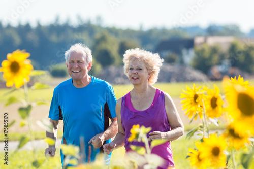 Szczęśliwi seniory dobierają się w lecie podczas biegać lub jogging