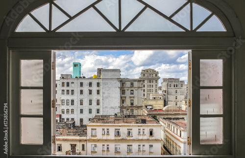 Papiers peints La Havane Old Havana buildings looking through the window, Cuba