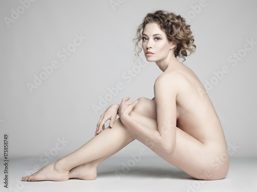 Deurstickers Wanddecoratie met eigen foto Nude woman with elegant hairstyle on gray background