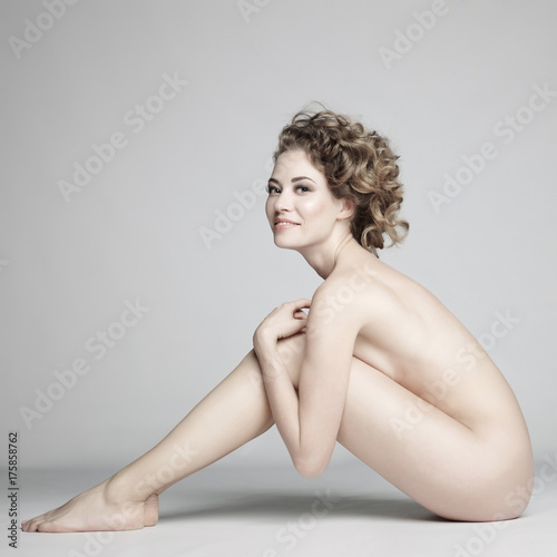 Tuinposter womenART Nude woman with elegant hairstyle on gray background