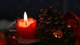 brennende rote Kerze und Kiefernzapfen, Weihnachtsdekoration - 175869165