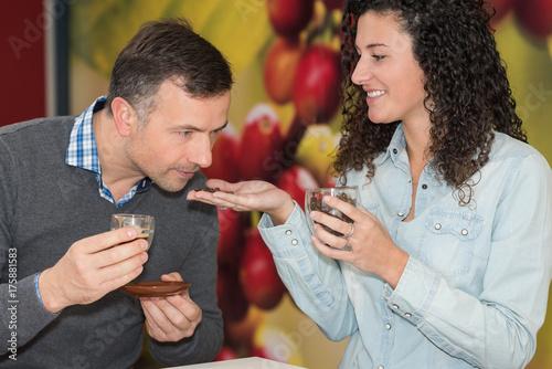 Papiers peints Café en grains concerned visitors smelling coffee beans