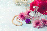 Women perfume bottle and pearl necklace - 175899534