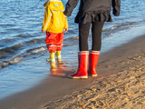 Mutter und Kind am Meer - 175945520