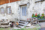 Südtirol- Impressionen, alter Bauernhof im Vinschgau - 175947970