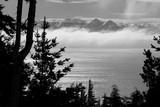 Imagem em Preto e Branco do Lago Nahuel Huapi e das montanhas - 175948732