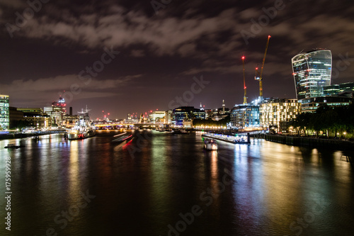 In de dag Londen The Thames skyline at night