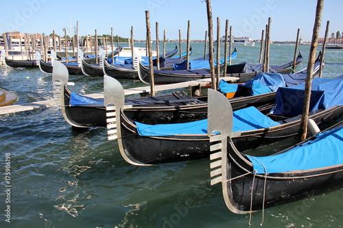 Staande foto Venetie Гондола — традиционная венецианская гребная лодка, является символов Венеции.