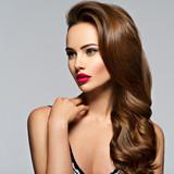 Piękna kobieta z długimi kręconymi włosami