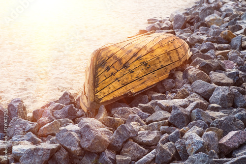 Spoed canvasdoek 2cm dik Schipbreuk Old wooden boat lying on stones closeup