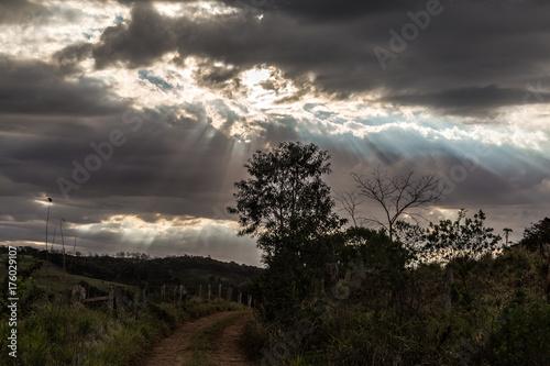 In de dag Zwart sol entre nuvens produzindo raios