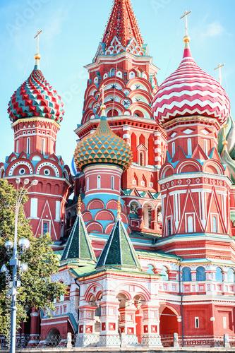 St Basil's Cathedral w Moskwie na Placu Czerwonym w słoneczny letni dzień na jasnoniebieskim tle chmura