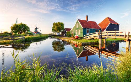 tradycyjny-holenderski-wiatrak-w-poblizu-kanalu-holandia-landcape-o-zachodzie-slonca