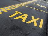Fahrbahnmarkierung: Haltespur für Taxis - 176069773