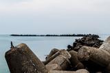 Wellenbrecher auf der Nordseeinsel Helgoland. - 176081522