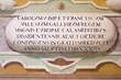 Scritta in latino in un affresco su un muro di antico palazzo reale.