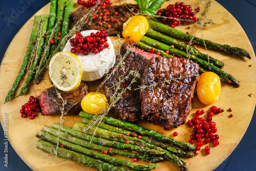 Aluminium Steakhouse grilled steak with asparagus