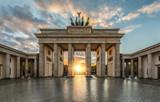 Sonnenuntergang hinter dem Brandenburger Tor in Berlin, Deutschland - 176098557