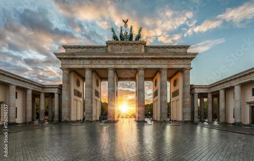 Sonnenuntergang hinter dem Brandenburger Tor in Berlin, Deutschland © moofushi