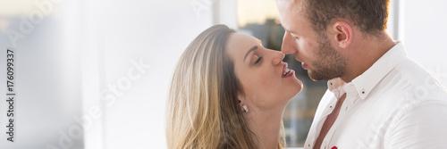 Plakat Woman kissing man