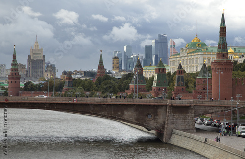 Fotobehang Moskou Russia, Moscow, view on Kremlin Palace on against cloudy sky.