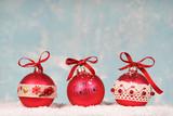 Weihnachtskugeln im Schnee - 176111537