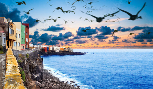In de dag Blauwe hemel Paisaje pintoresco de costa y mar. Islas Canarias .Tenerife. Paisaje al atardecer en playas de España con mar e isla. Concepto de aventuras y viajes .Pueblo de Puerto de la cruz
