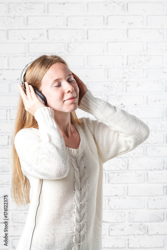 Póster Young Woman listening to music