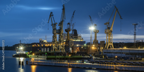 zdjęcie nocne stoczni remontowej w Szczecinie w Polsce