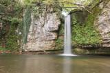 Idylle im Wald mit Wasserfall