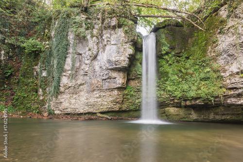 Idylle im Wald mit Wasserfall - 176124995