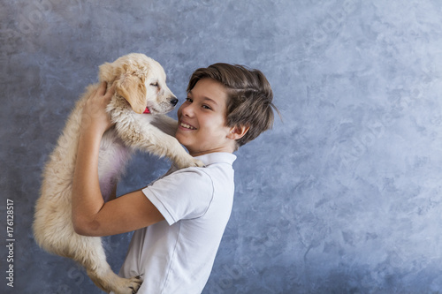 mata magnetyczna Teen boy with golden retriever