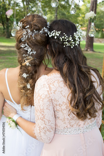 Aluminium Kapsalon back view of two lesbian girl in wedding day with flowers in hairs