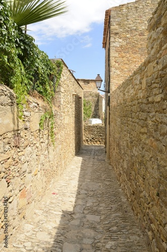 Foto op Aluminium Smal steegje Narrow stone alley in Peratallada, Girona, Spain
