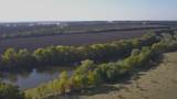 Вид сверху сельской местности с видом на озеро - 176139750