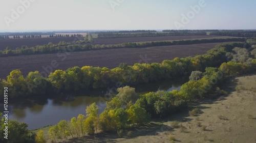 Вид сверху сельской местности с видом на озеро