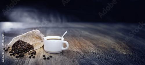Poster Koffiebonen grains de café avec une tasse blanche
