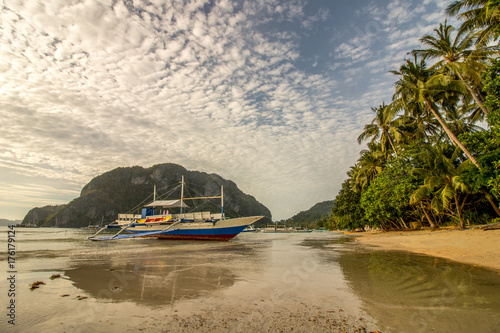 Tuinposter Tropical strand Outrigger Boat, Low Tide Beach