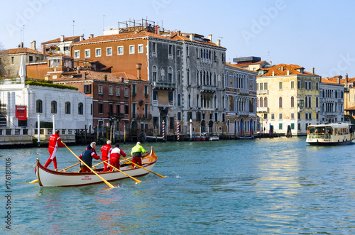 Deurstickers Venetie VENICE, ITALY - circa MAR, 2016: Rowing team durint training at Canal Grande in Venice, Italy