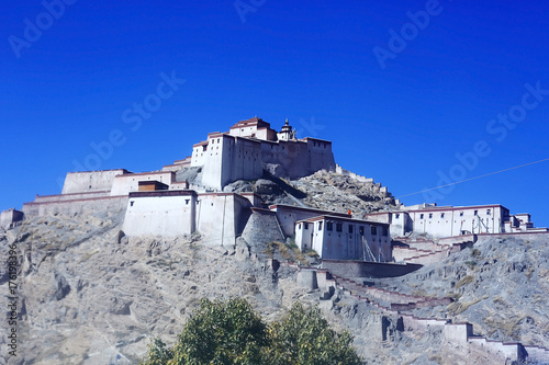 Foto op Aluminium Donkerblauw ruins of an ancient city in Tibet