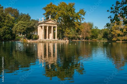 In de dag Rome Laghetto di Villa Borghese con il tempio di Esculapio a Roma