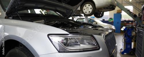 Auto in der Wekrstatt mit offener Motorhaube  - 176214316