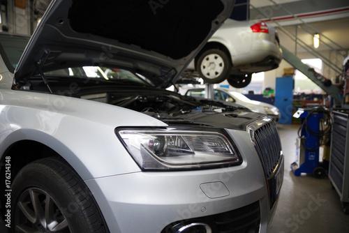 Auto in der Wekrstatt mit offener Motorhaube
