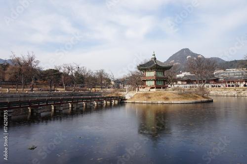 서울 - 2016년 12월 25일 : 경복궁 향원정을 옆에서 바라보다 Poster