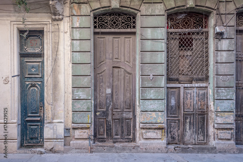 Poster Havana Three tall old vintage hispanic doors at Havana, Cuba