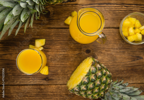 Staande foto Sap Fresh made Pineapple Juice on a rustic background