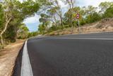 Frisch gebaute Landstraße auf Ibiza