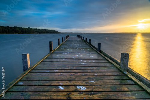 Aluminium Pier Steg im Sonnenaufgang