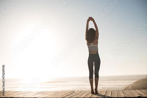Plakat Women doing pilates on the beach