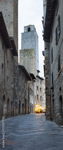 Fotobehang Toscane vertical panorama with last lights in cafe in Italy